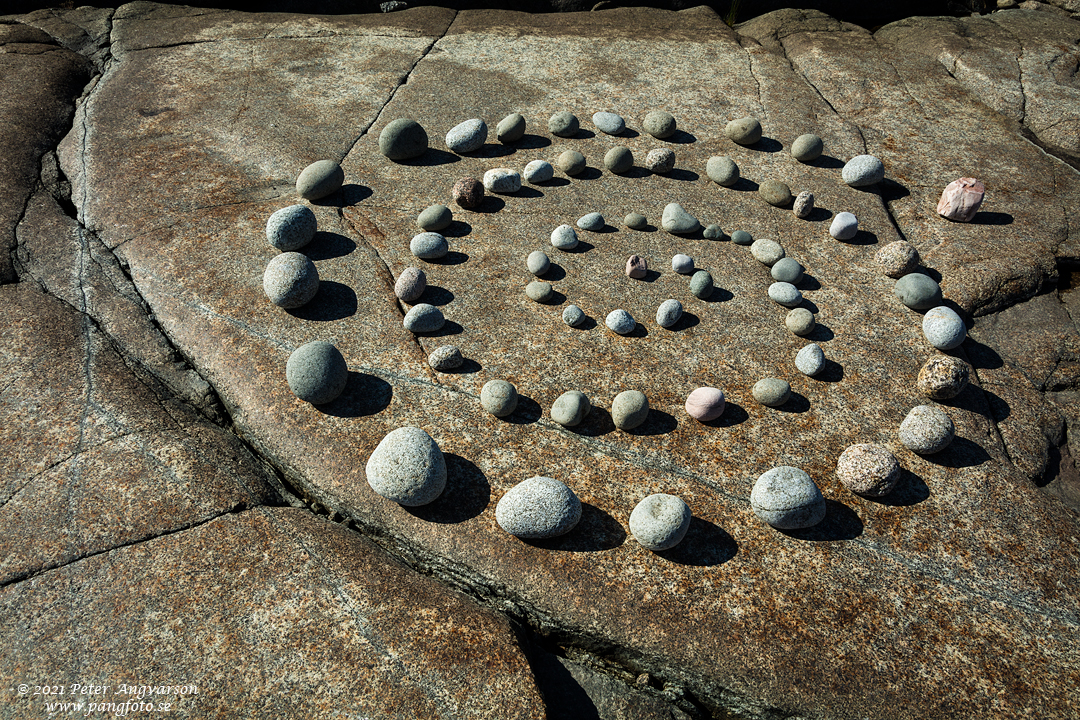 Spiral av stenar på klippa