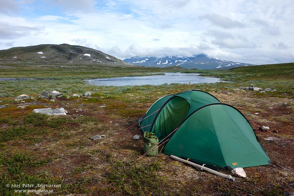 Vår tältplats med öringhöljan i bakgrunden