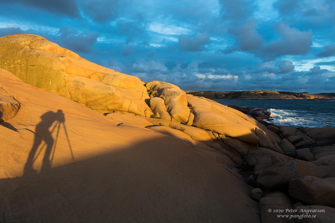 Självporträtt av skugga på klippa. Selfie on a shadow on a cliff.